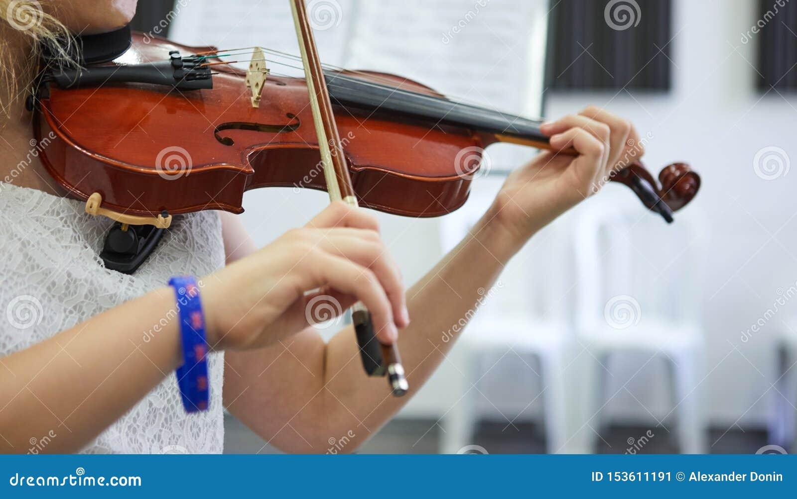 Instrument de musique classique de violon Mains classiques de joueur D?tails de violon