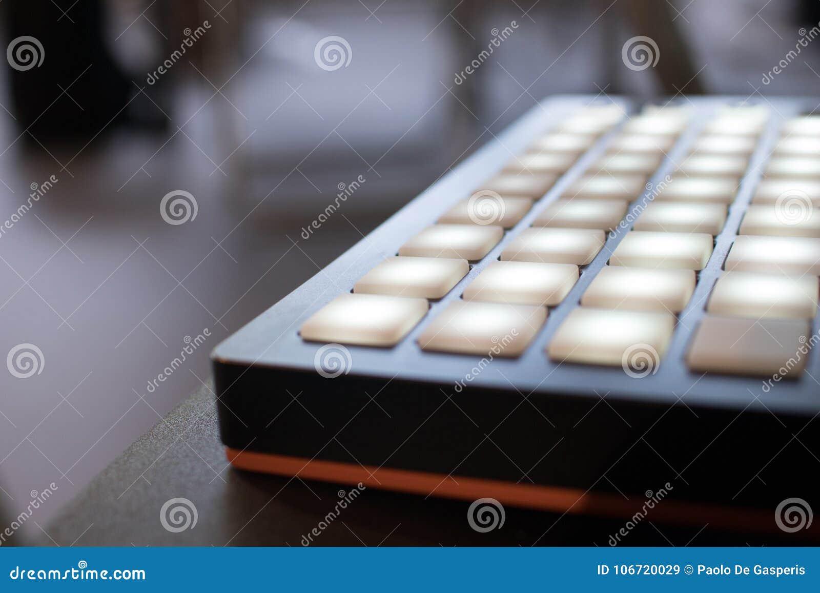 Instrument de musique pour la musique électronique avec une matrice de 64 clés