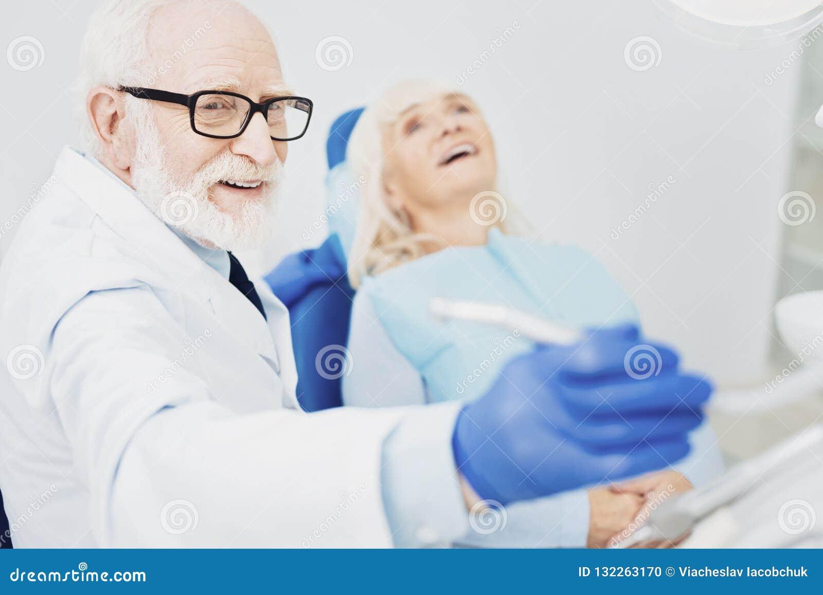 Instrument de saisie d heureux dentiste masculin