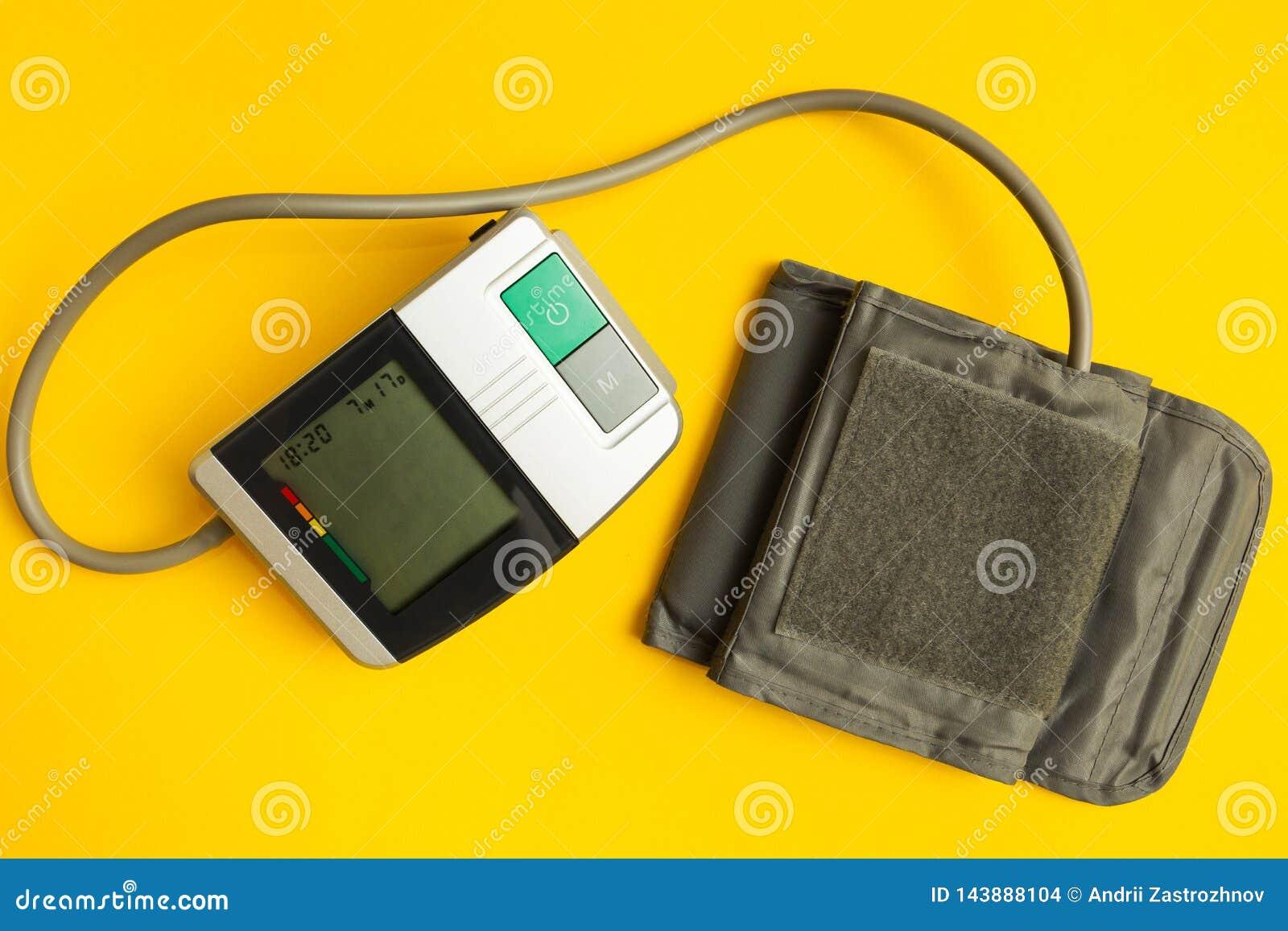 Instrumento de Digitaces para la presi?n arterial de medici?n en un fondo amarillo