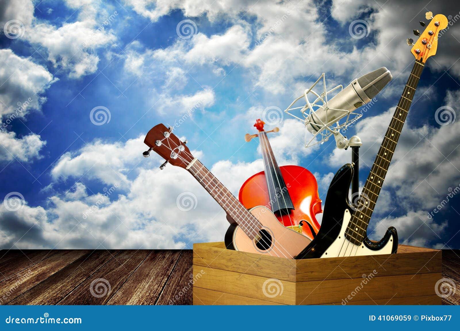 Instrumento de música na caixa de madeira