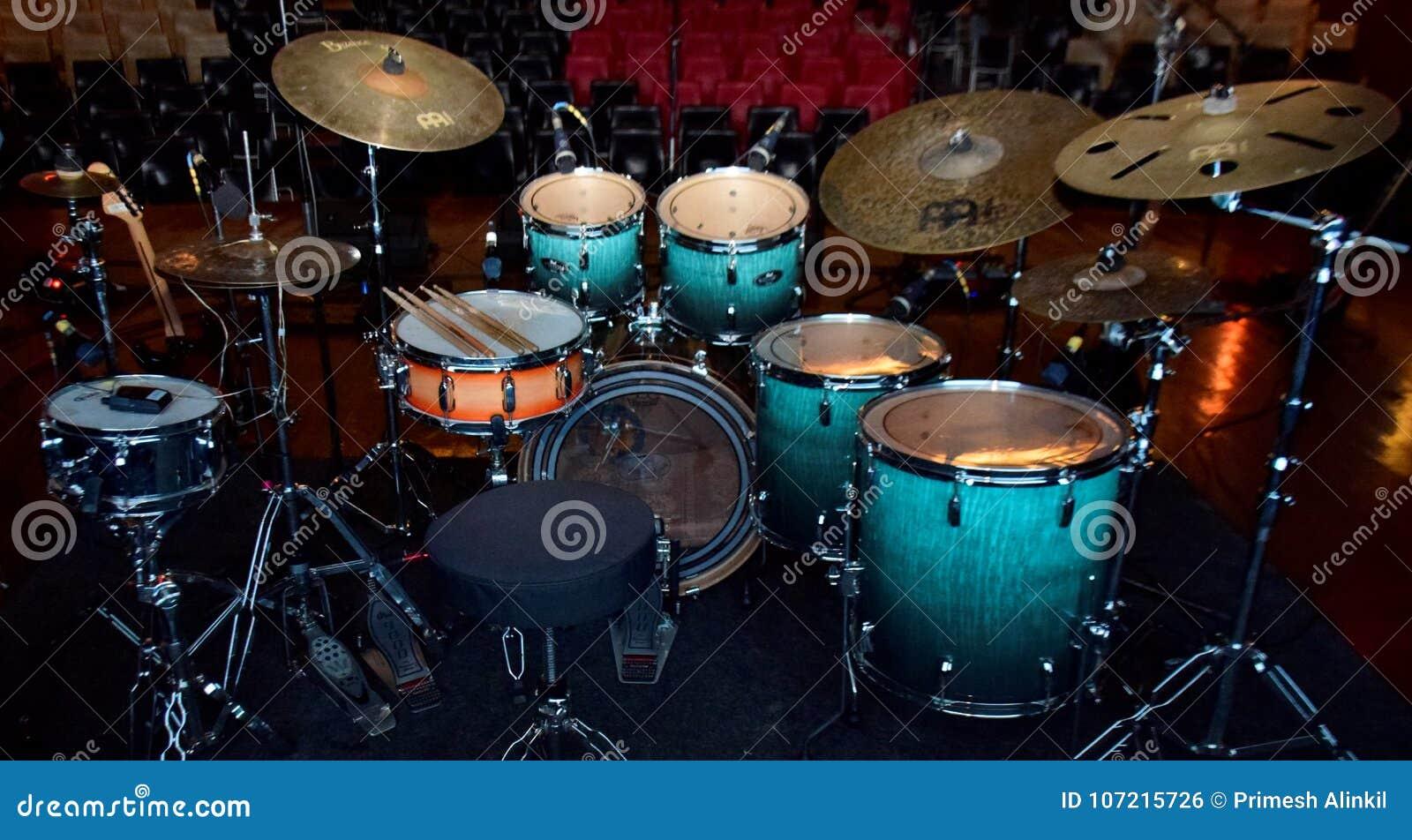 Instrumentos de música bonitos arranjados para um concerto