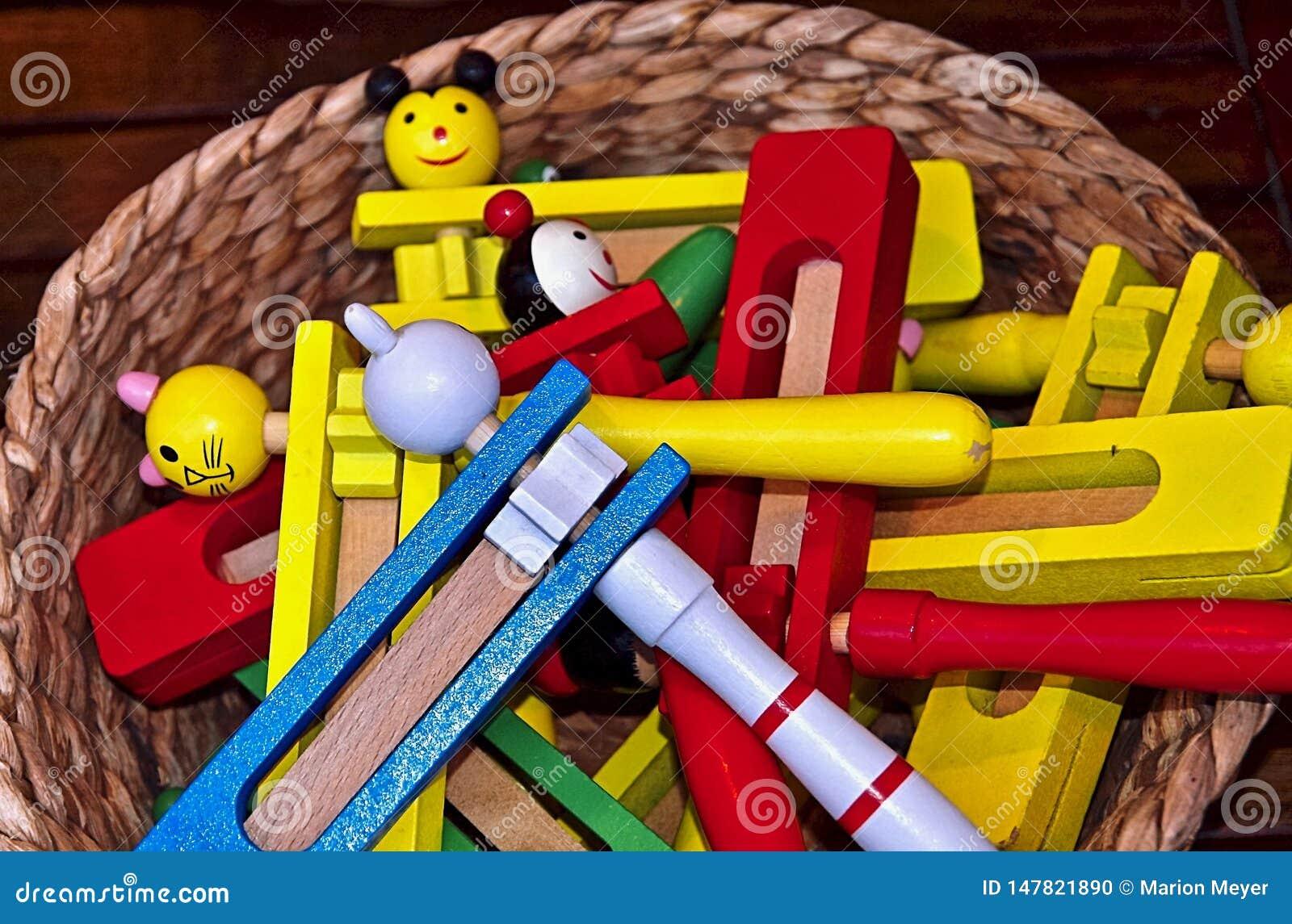 Instrumentos de música coloridos fuera de la madera en Portugal
