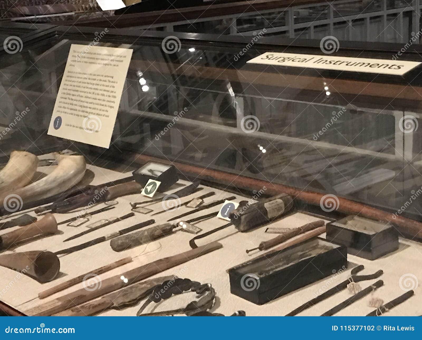 Instrumentos quirúrgicos exhibidos en los Pitt-ríos museo, Oxford, Reino Unido
