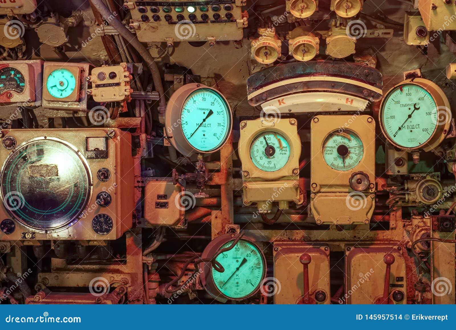 Instrumenty i tarcze wśrodku starej łodzi podwodnej w Zeebrugge, Belgia