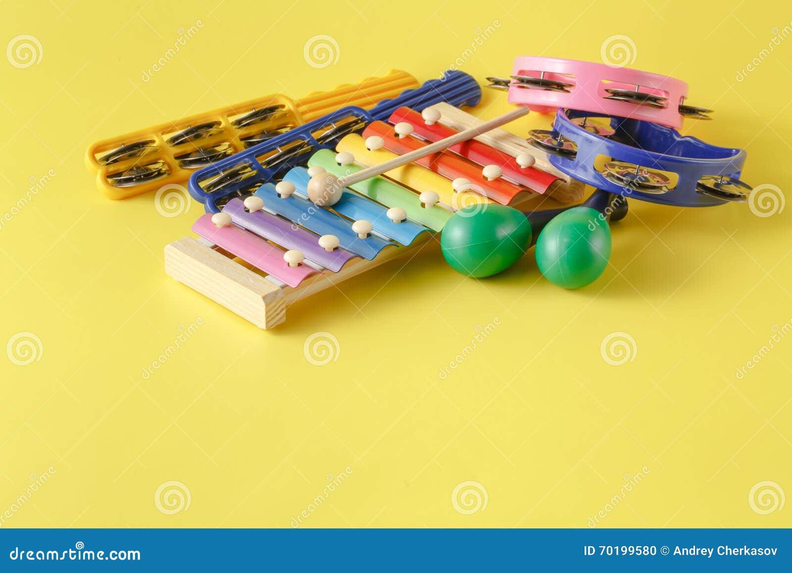 Instrumenty muzyczni inkasowi na żółtym tle