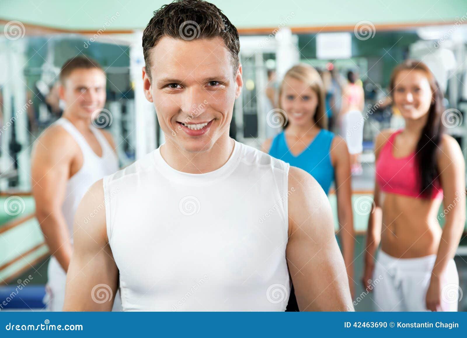Instrutor da aptidão com povos do gym