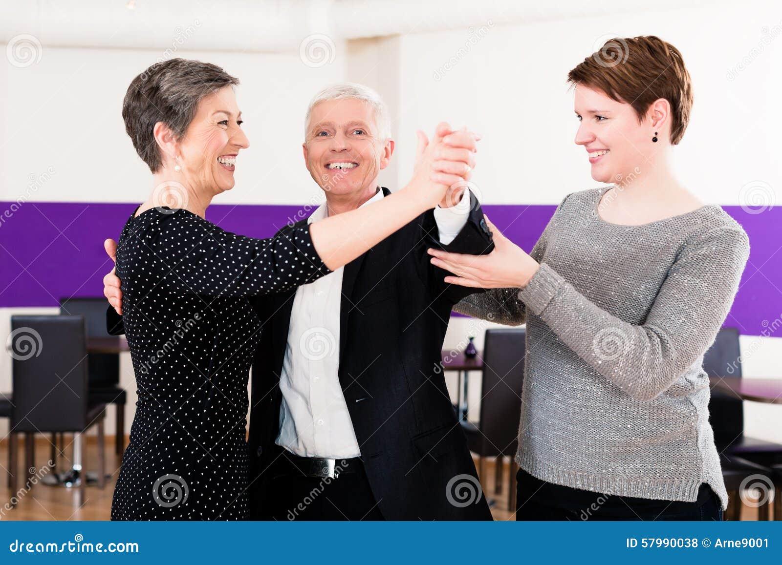 Instrutor da dança com pares superiores
