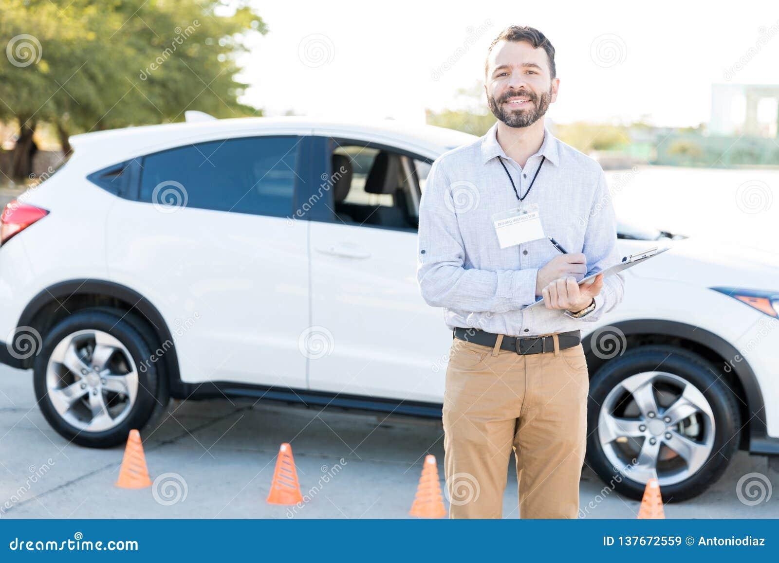Instrutor de condução Checking Checklist do carro
