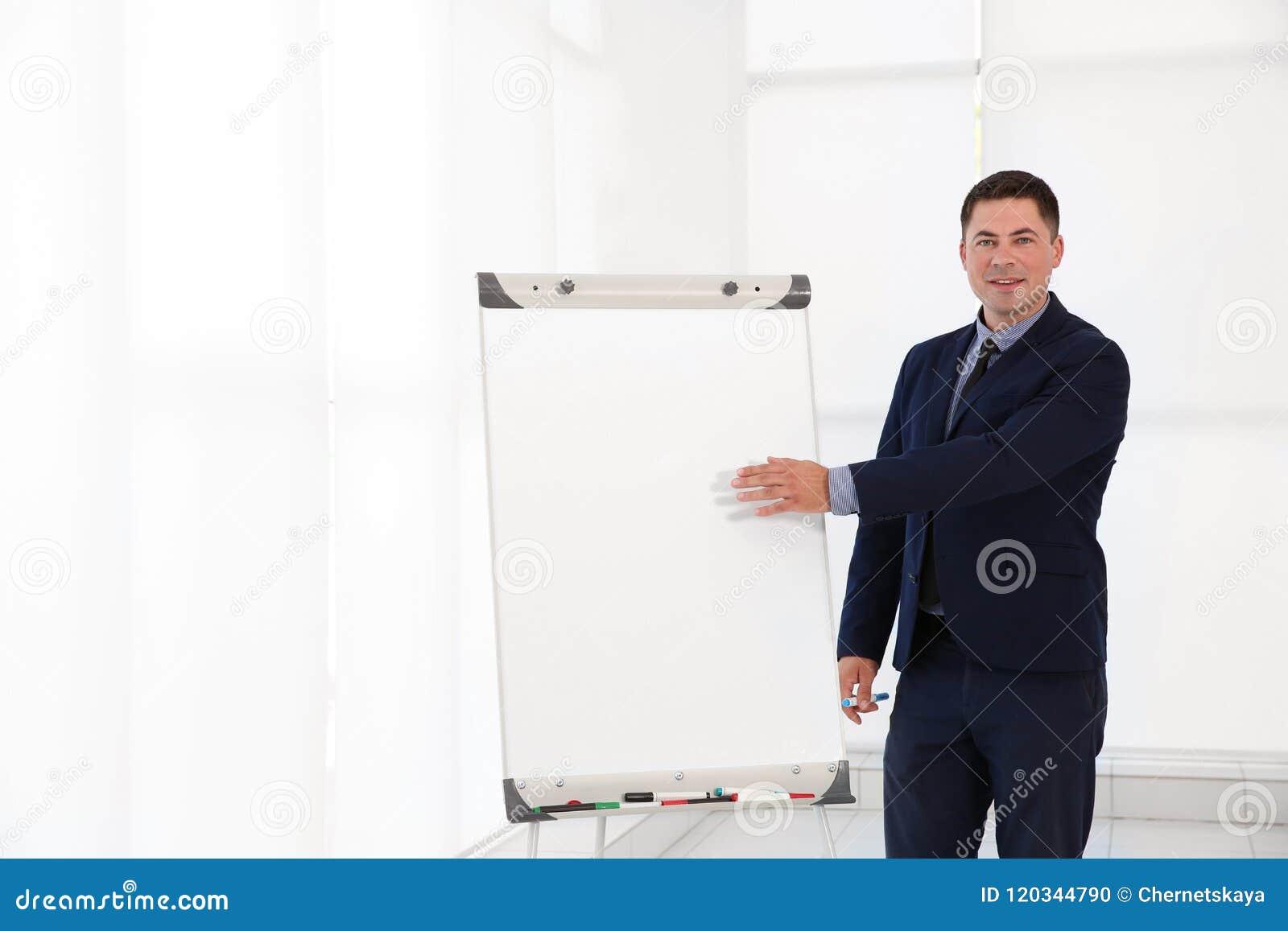 Instrutor do negócio que dá a apresentação