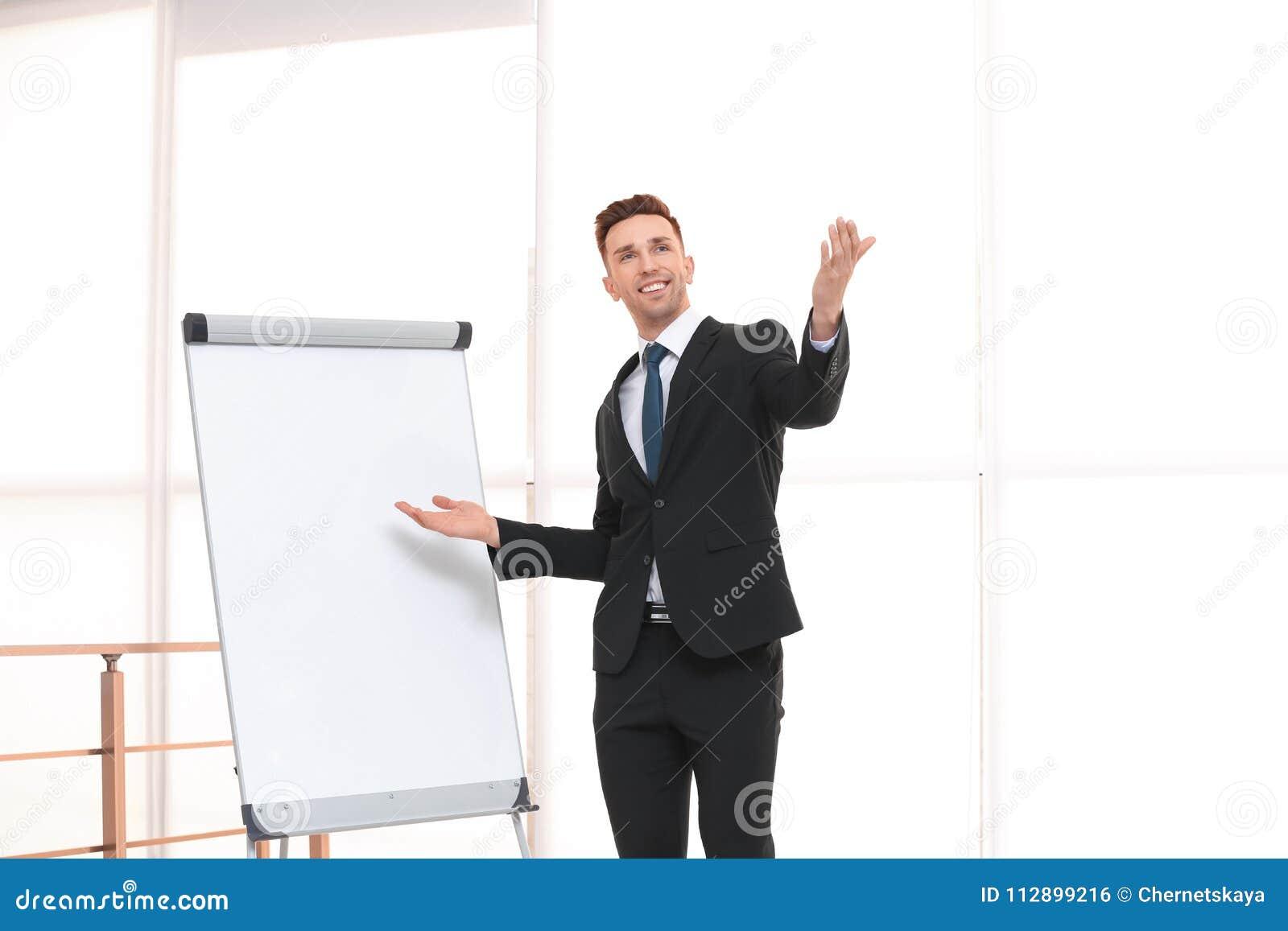 Instrutor novo do negócio perto da carta de aleta