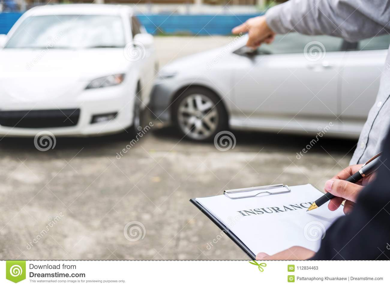 Car Insurance After Accident >> Insurance Agent Examine Damaged Car And Filing Report Claim