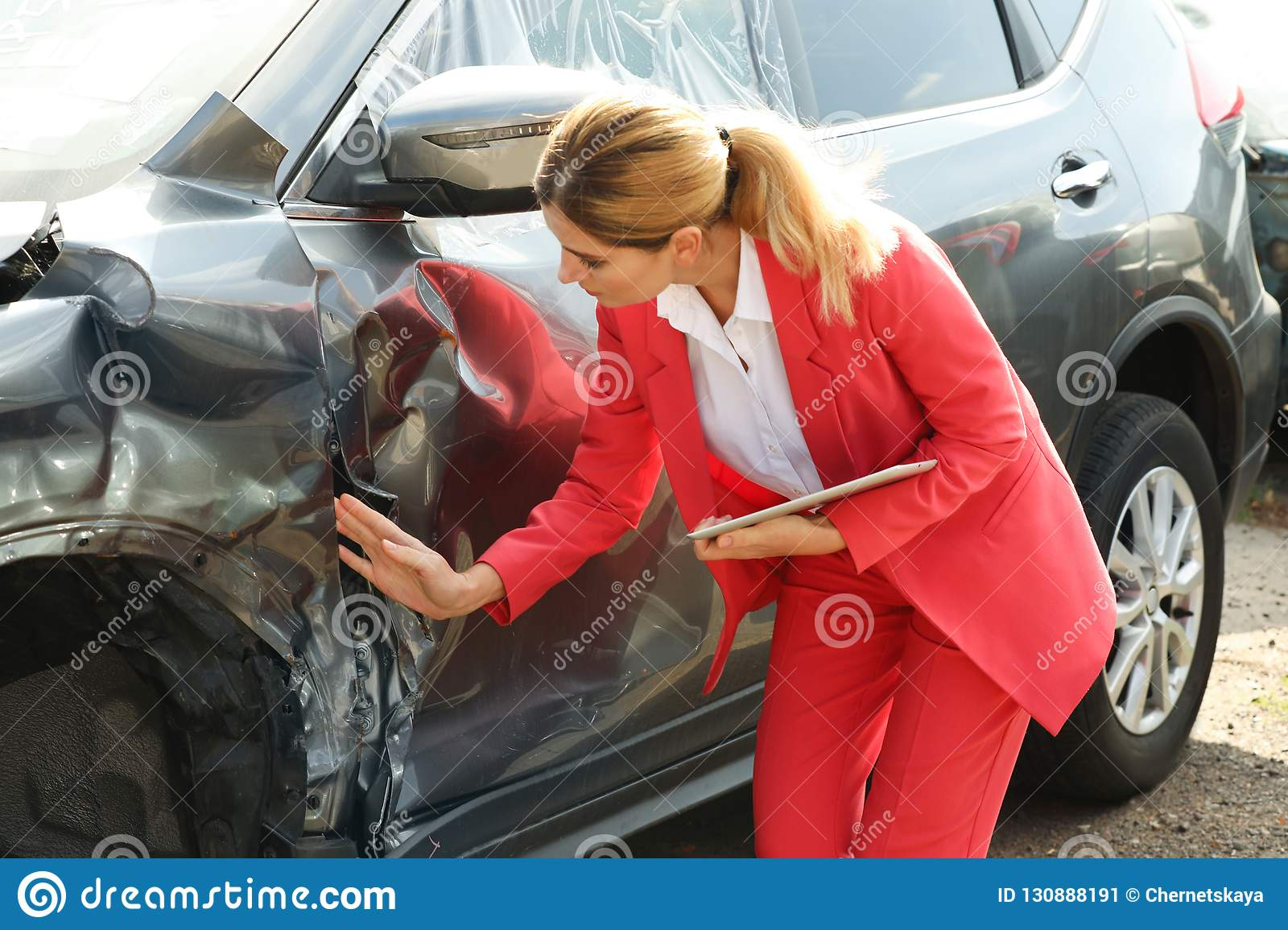 Car Insurance After Accident >> Insurance Agent With Tablet Inspecting Broken Car Stock