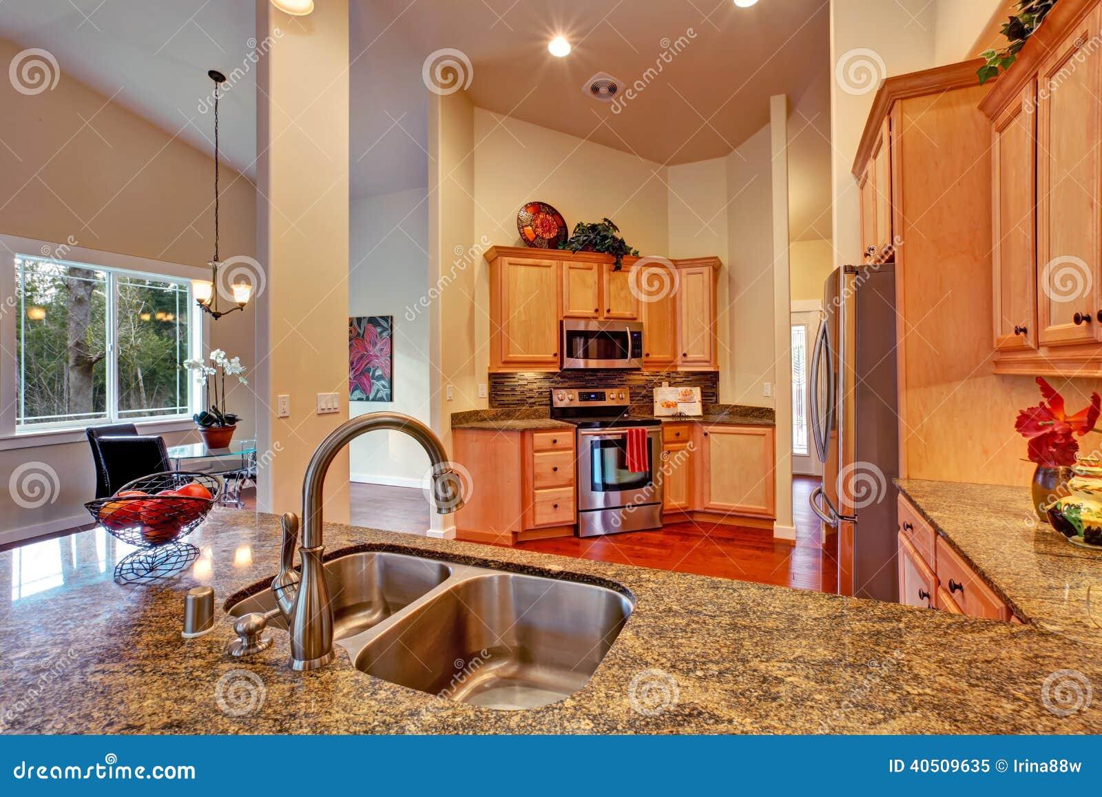 int rieur haut plafond de pi ce de cuisine photo stock. Black Bedroom Furniture Sets. Home Design Ideas