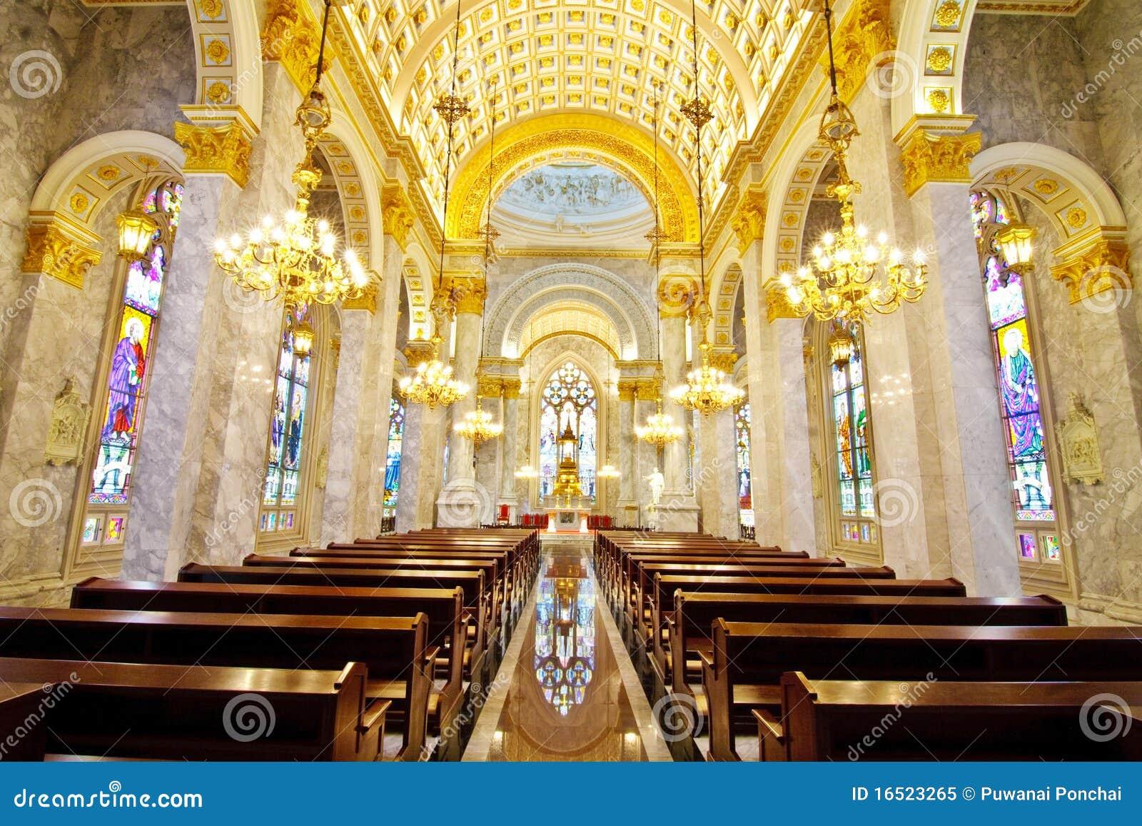 int rieur l 39 int rieur d 39 une glise catholique image stock image du c l bration saint 16523265. Black Bedroom Furniture Sets. Home Design Ideas