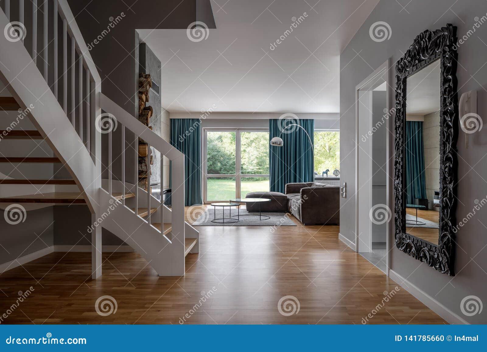 Intérieur à La Maison Confortable Avec Des Escaliers Photo ...