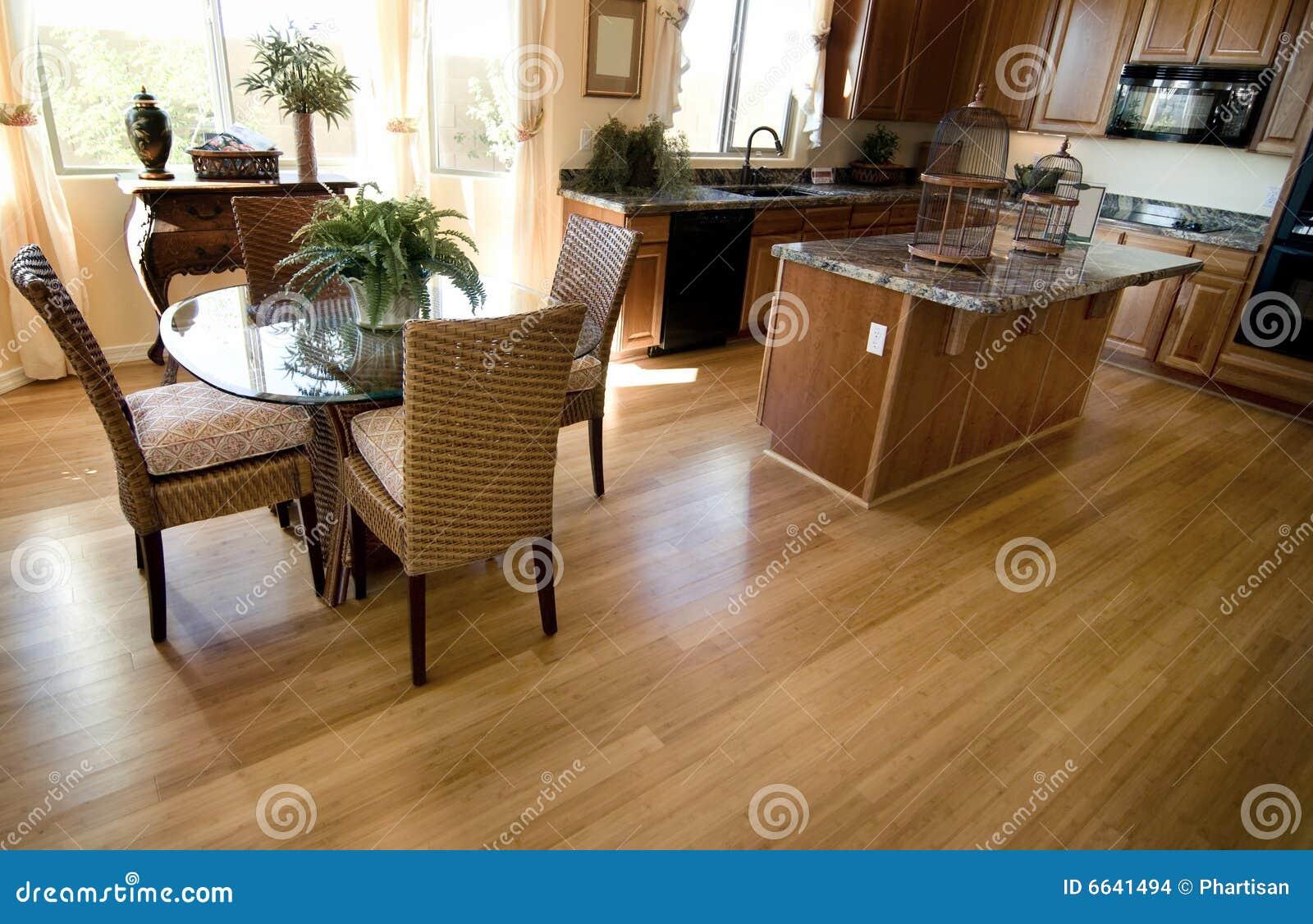 int rieur la maison de cuisine avec le plancher de bois dur photo stock image du capot beau. Black Bedroom Furniture Sets. Home Design Ideas