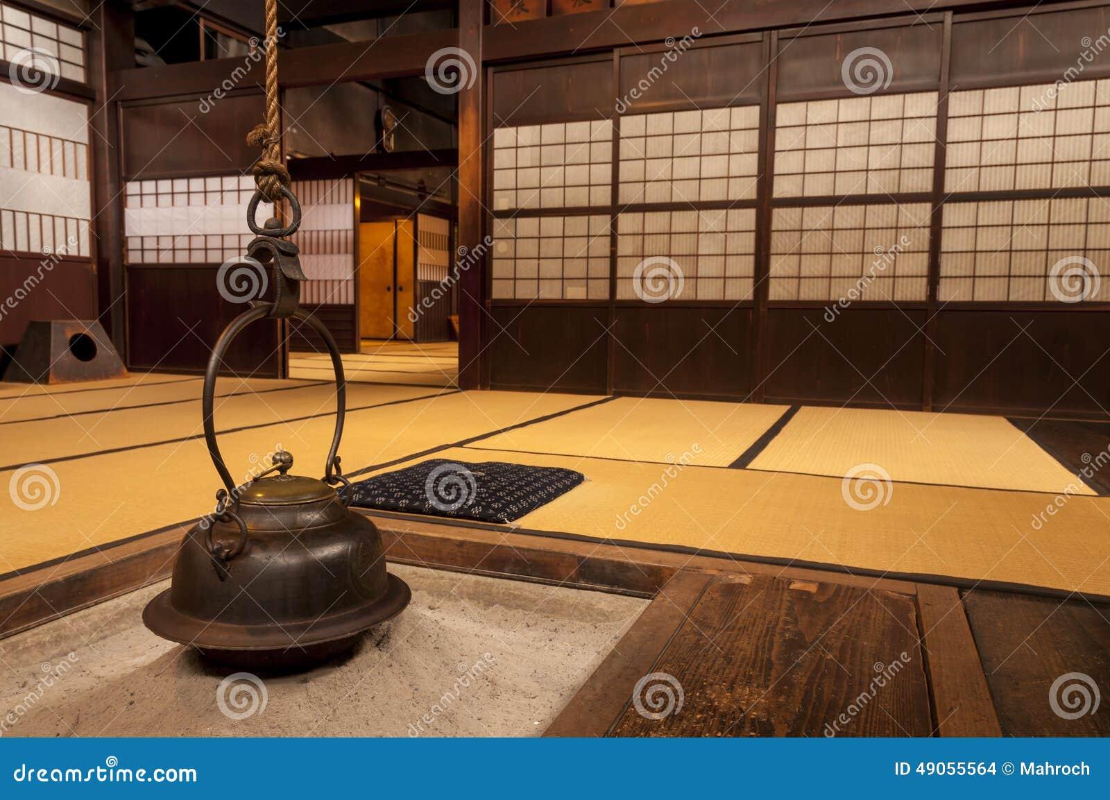 Intérieur à la maison japonais traditionnel avec le pot accrochant de thé