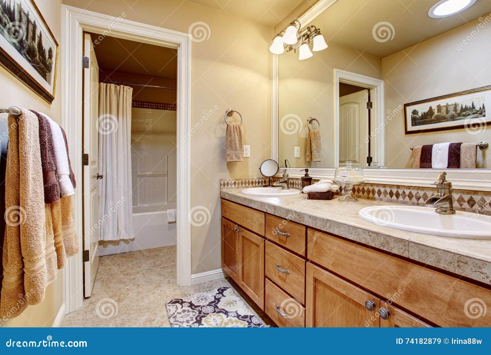 Plan De Travail Granit Beige intérieur élégant de salle de bains avec le grands miroir