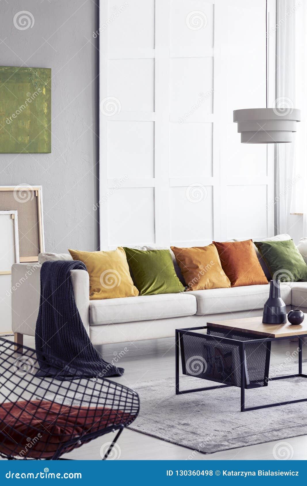 Table Basse Grand Salon intérieur élégant vertical de salon de la vue o avec la