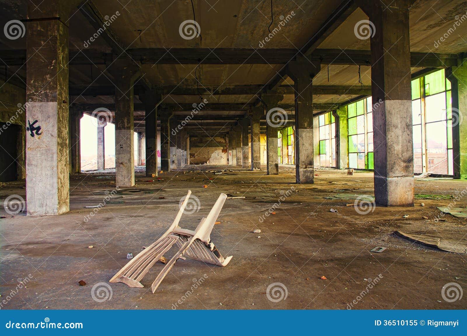 Intérieur abandonné de bâtiment industriel