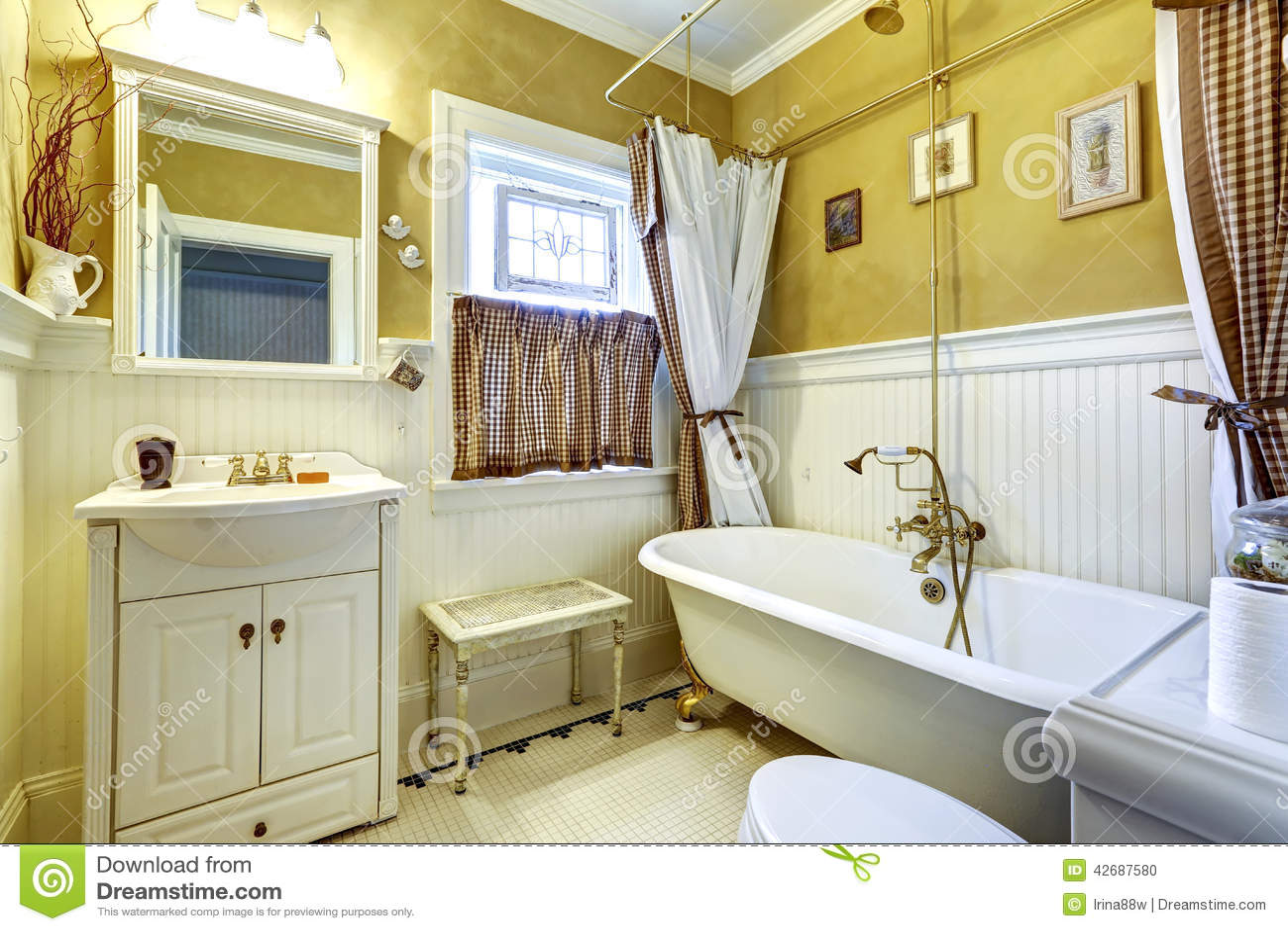 Int rieur antique blanc et jaune de salle de bains photo for Salle de bain style antique