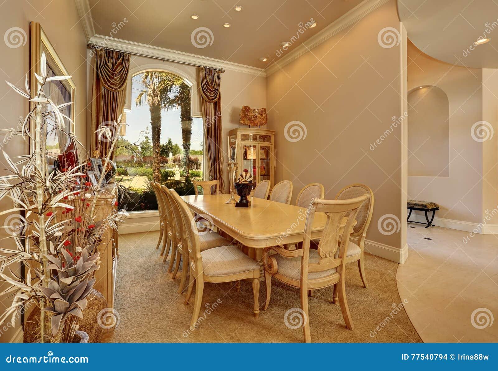 Int rieur beige de luxe de salle manger avec la grande for Salle a manger de luxe