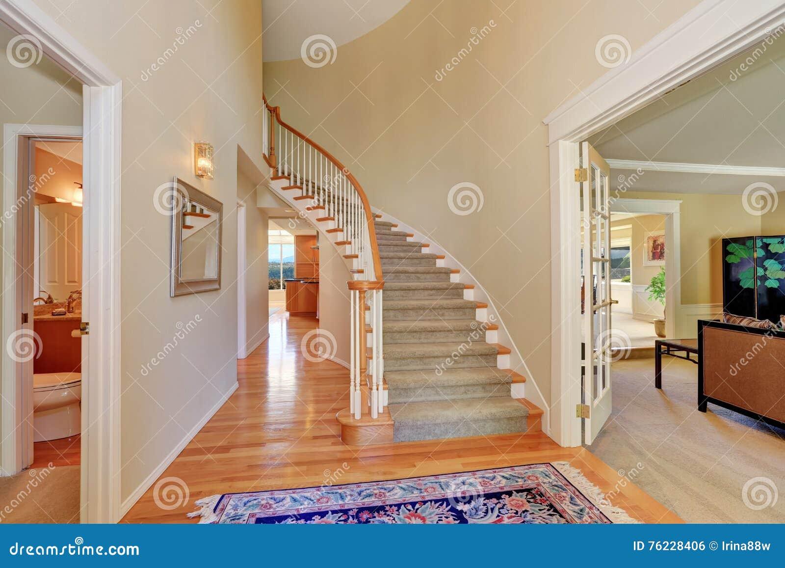 int rieur beige lumineux de couloir avec l 39 escalier de tapis photo stock image du plafond. Black Bedroom Furniture Sets. Home Design Ideas