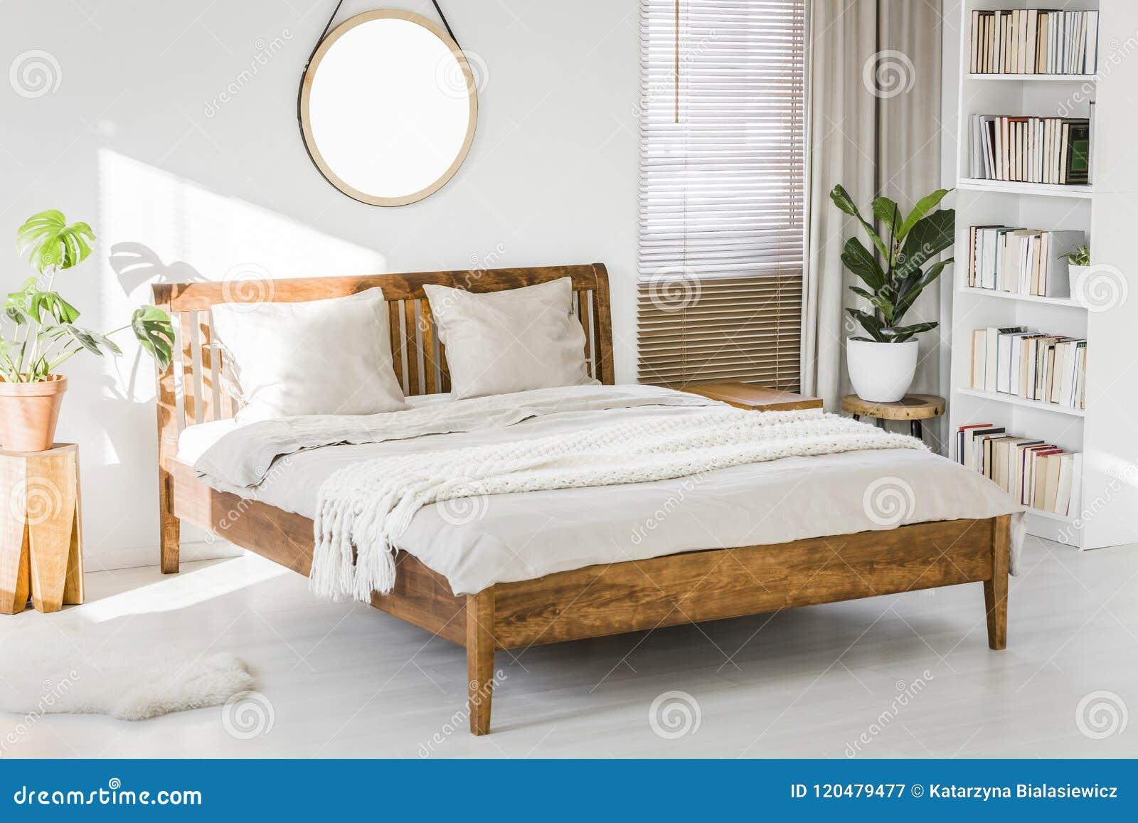 Chambre Blanche Et Bois intérieur blanc de chambre à coucher avec le lit grand en