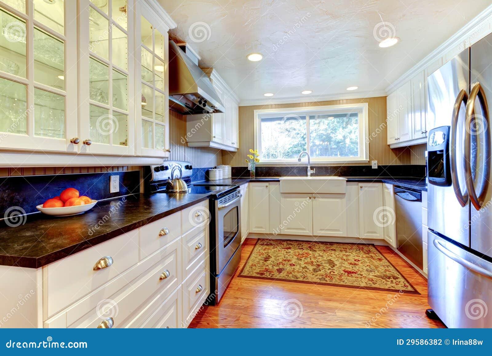 Int rieur blanc de cuisine avec le grands vier et fen tre for Cuisine de a a z
