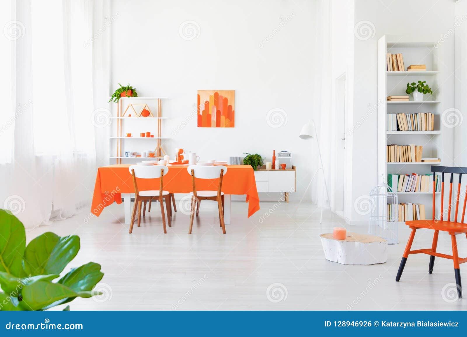 Intérieur Blanc Et De Couleur Orange De Salon Dans La Maison Moderne