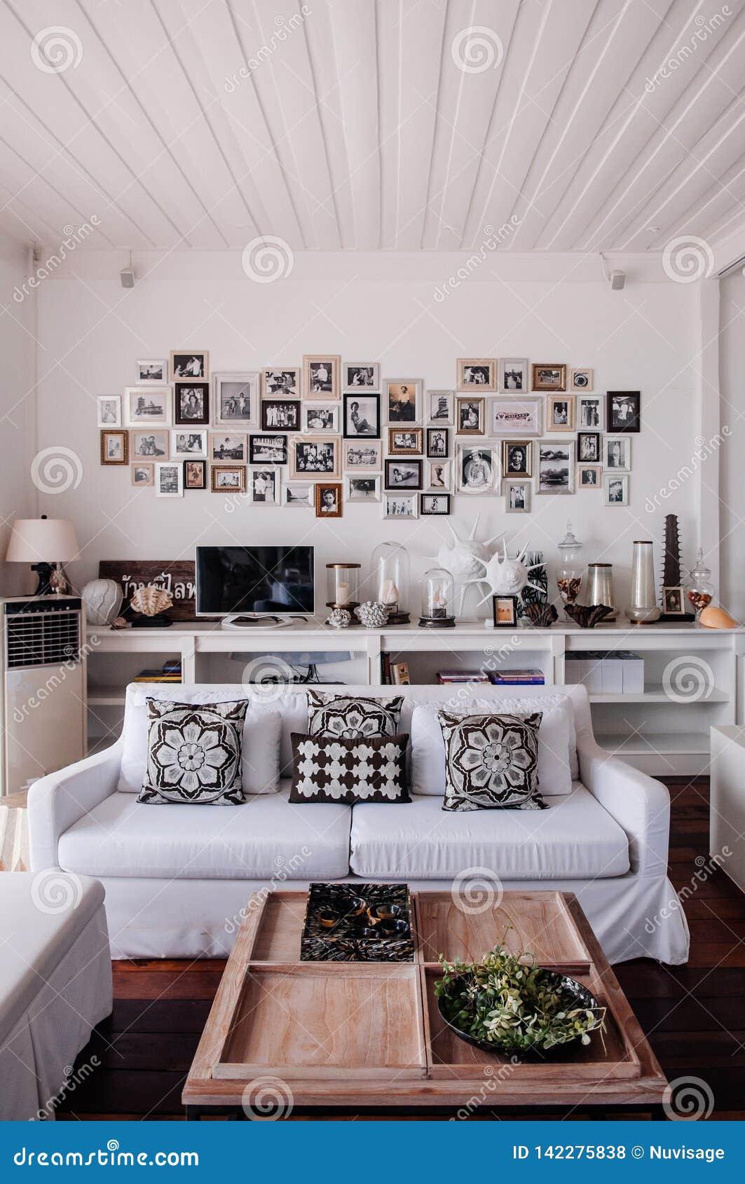 Intérieur Blanc Moderne Tropical De Salon De Ton De Maison ...