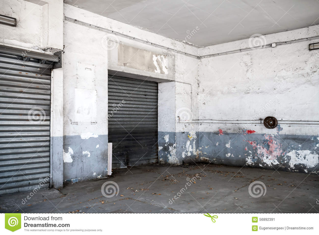 Int rieur blanc vide abstrait de vieux garage photo stock for Interieur garage
