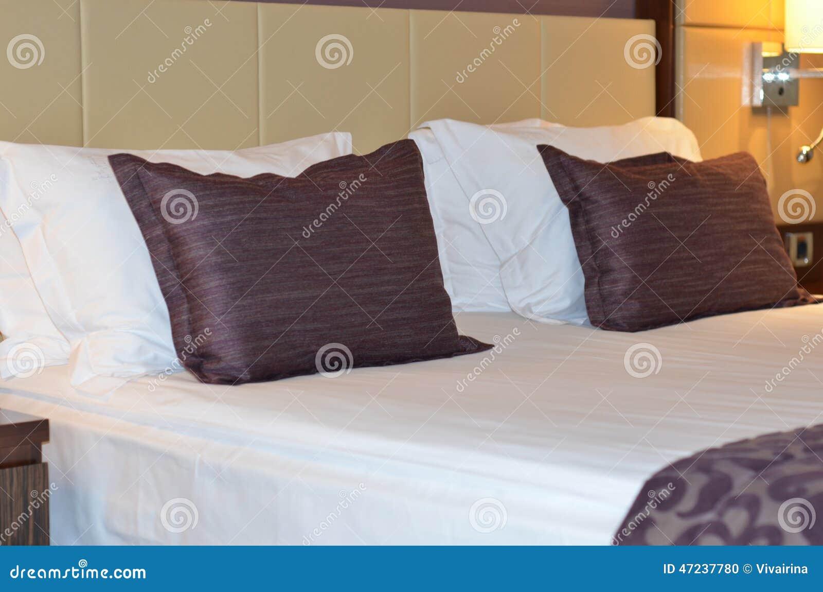 Int rieur chambre d 39 h tel moderne de luxe b ti grand dans une chambre d 39 h tel de luxe photo for Chambre dhotel de luxe