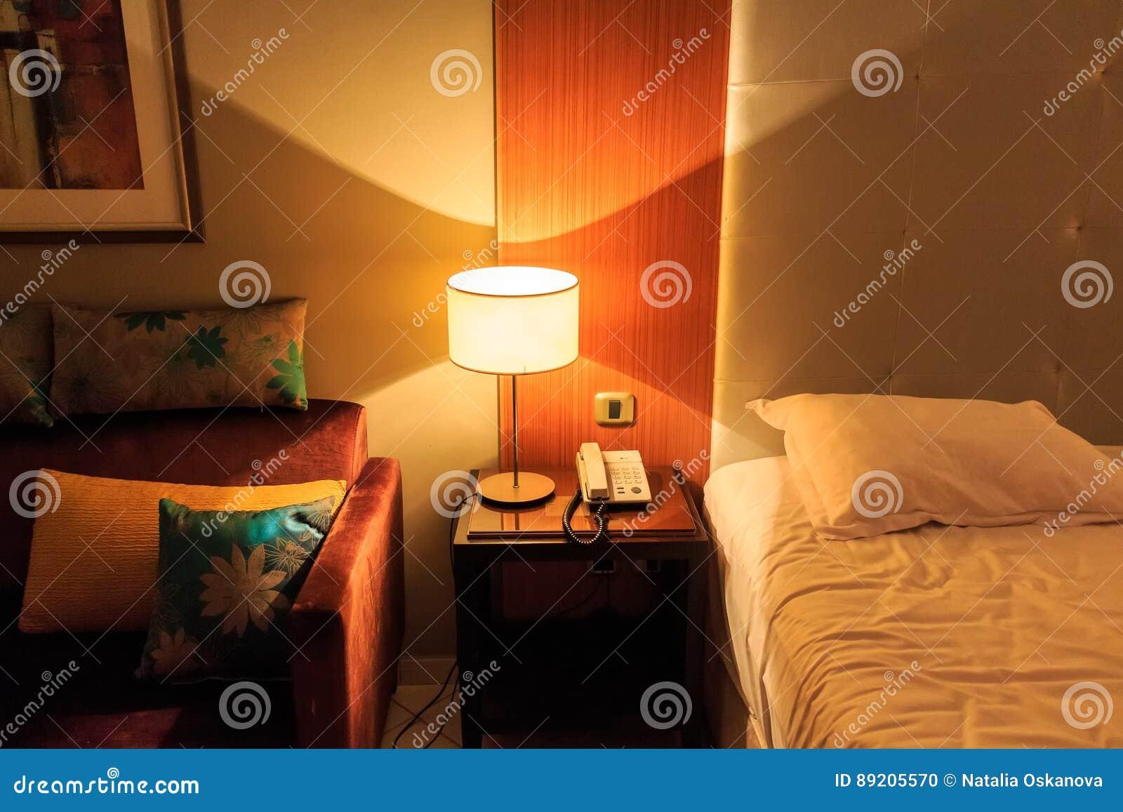 Avec Lampe De Chambre La Confortable Coucher À Intérieur Chevet MpVzGqSU