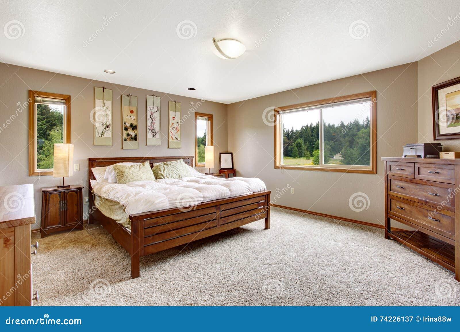 Interieur Confortable De Salle Bains Avec Le Double Lit En Bois Et La Moquette Beige