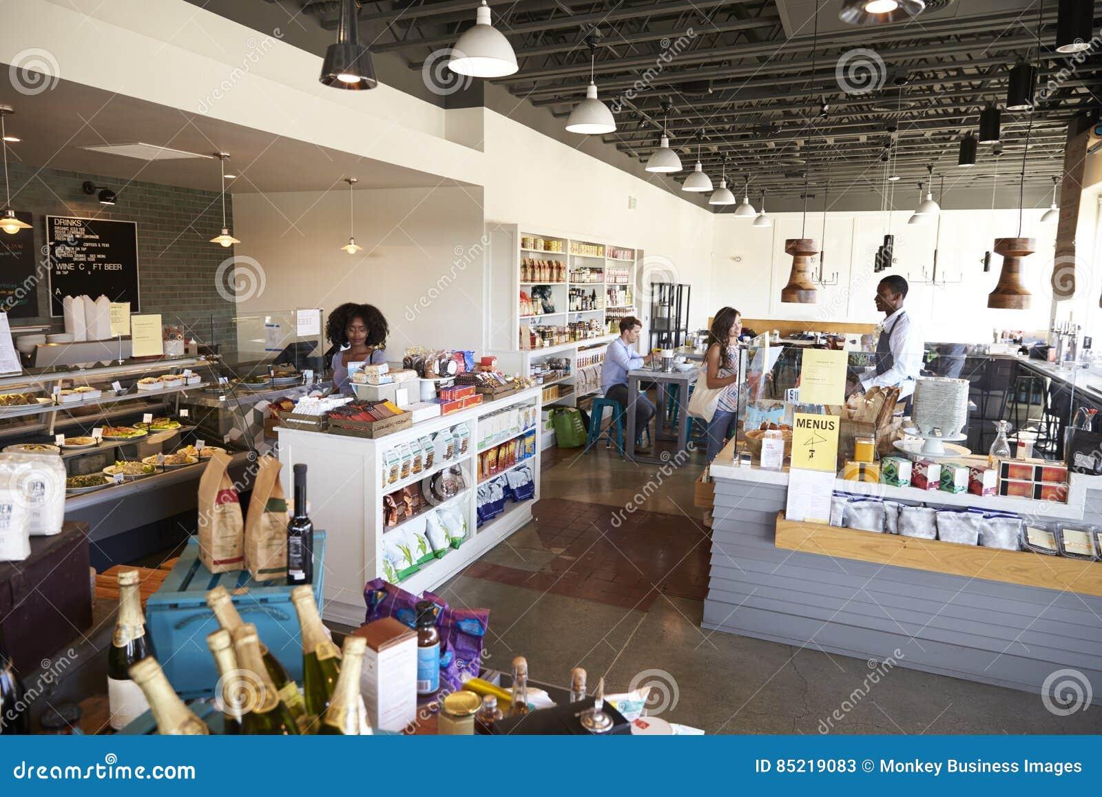 Intérieur d épicerie fine occupée avec des clients