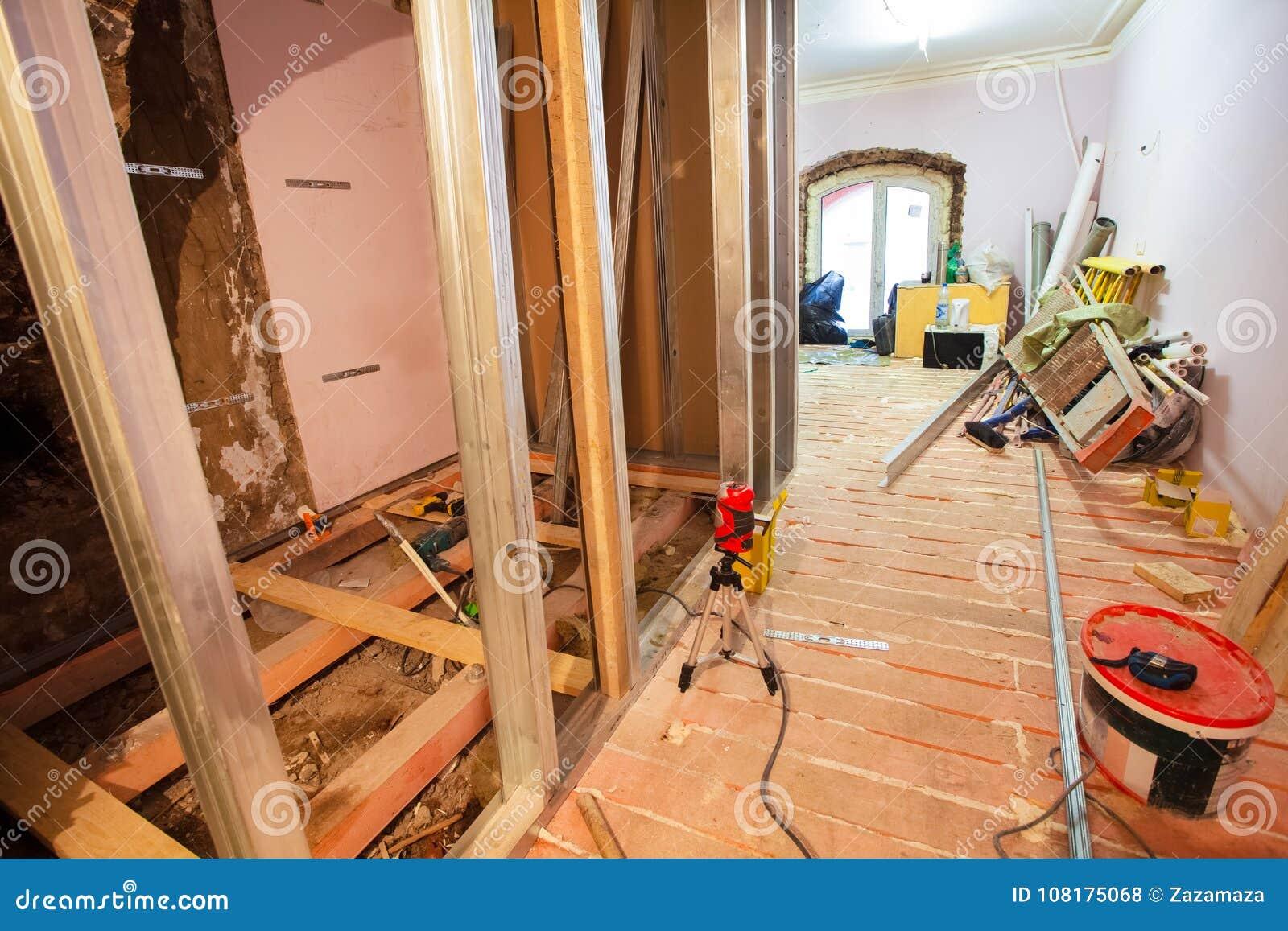 Intérieur d appartement de hausse avec des matériaux pendant sur la retouche, rénovation, extension, restauration, reconstruction