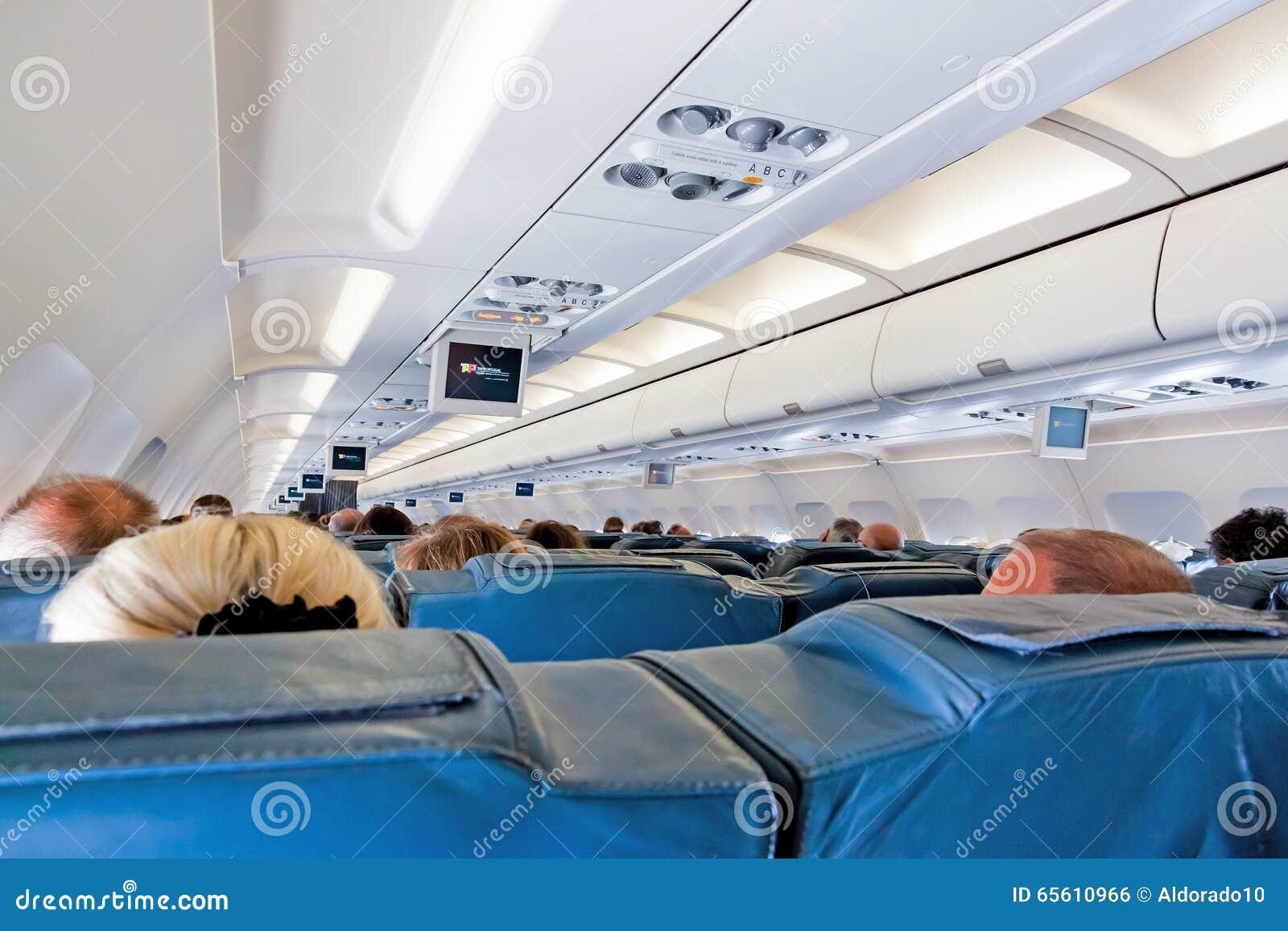 Int rieur d 39 avion avec des passagers sur des si ges for Interieur avion