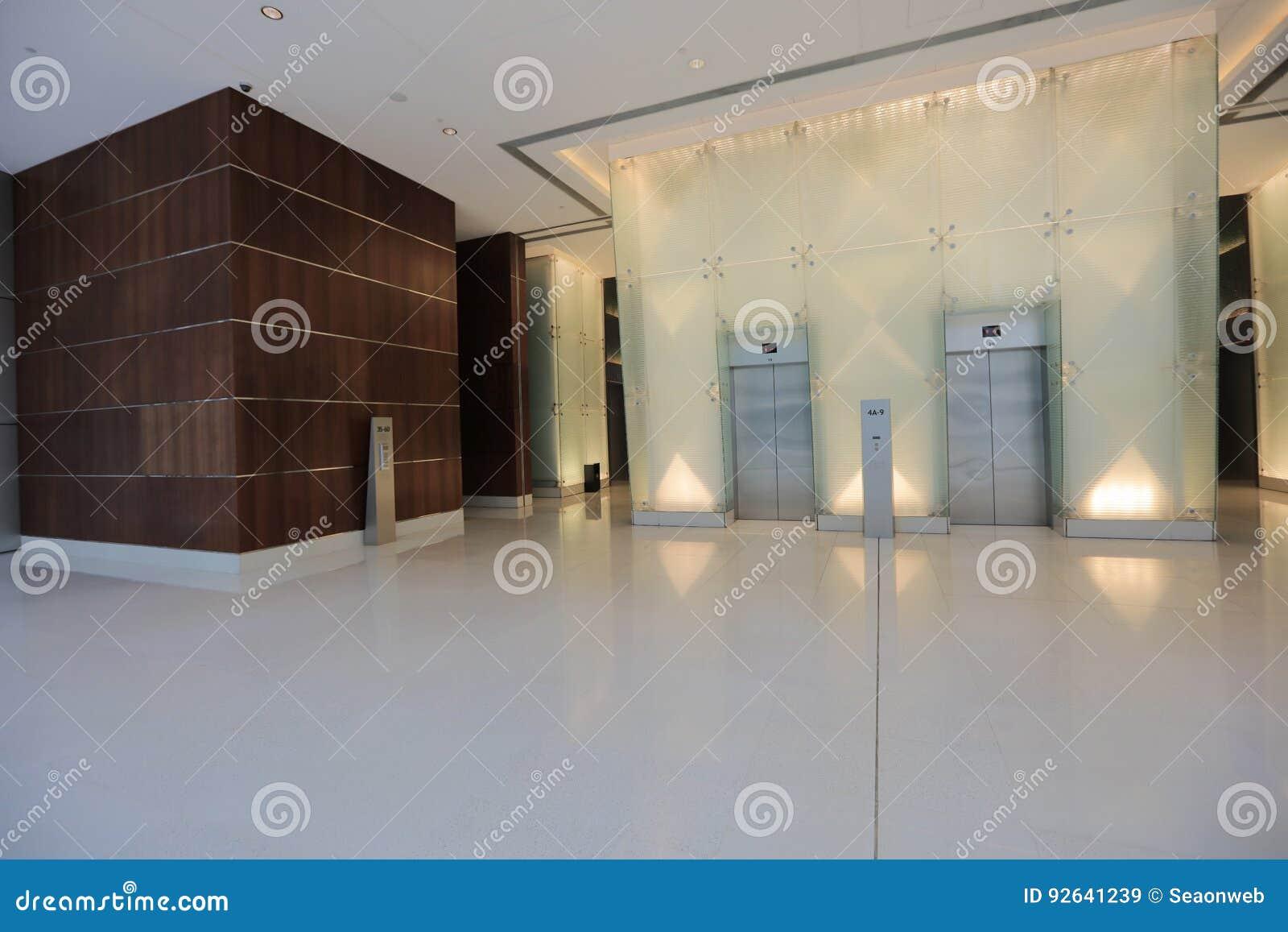 Intérieur d un immeuble de bureaux avec la réception image stock