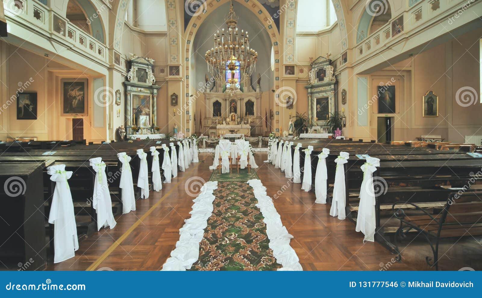 Intérieur D\u0027une église Catholique Avant Le Mariage Photo