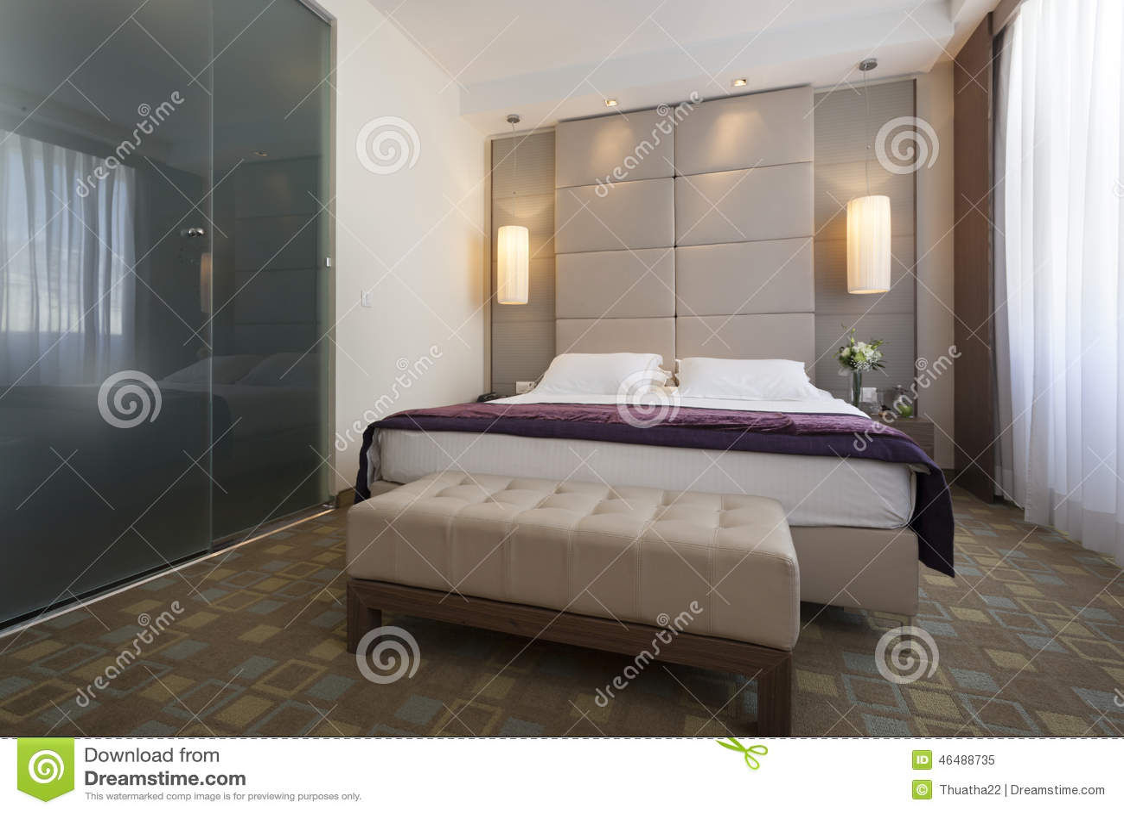 Int rieur d 39 une chambre coucher d 39 h tel de luxe avec la for Chambre de 12m2 avec salle de bain