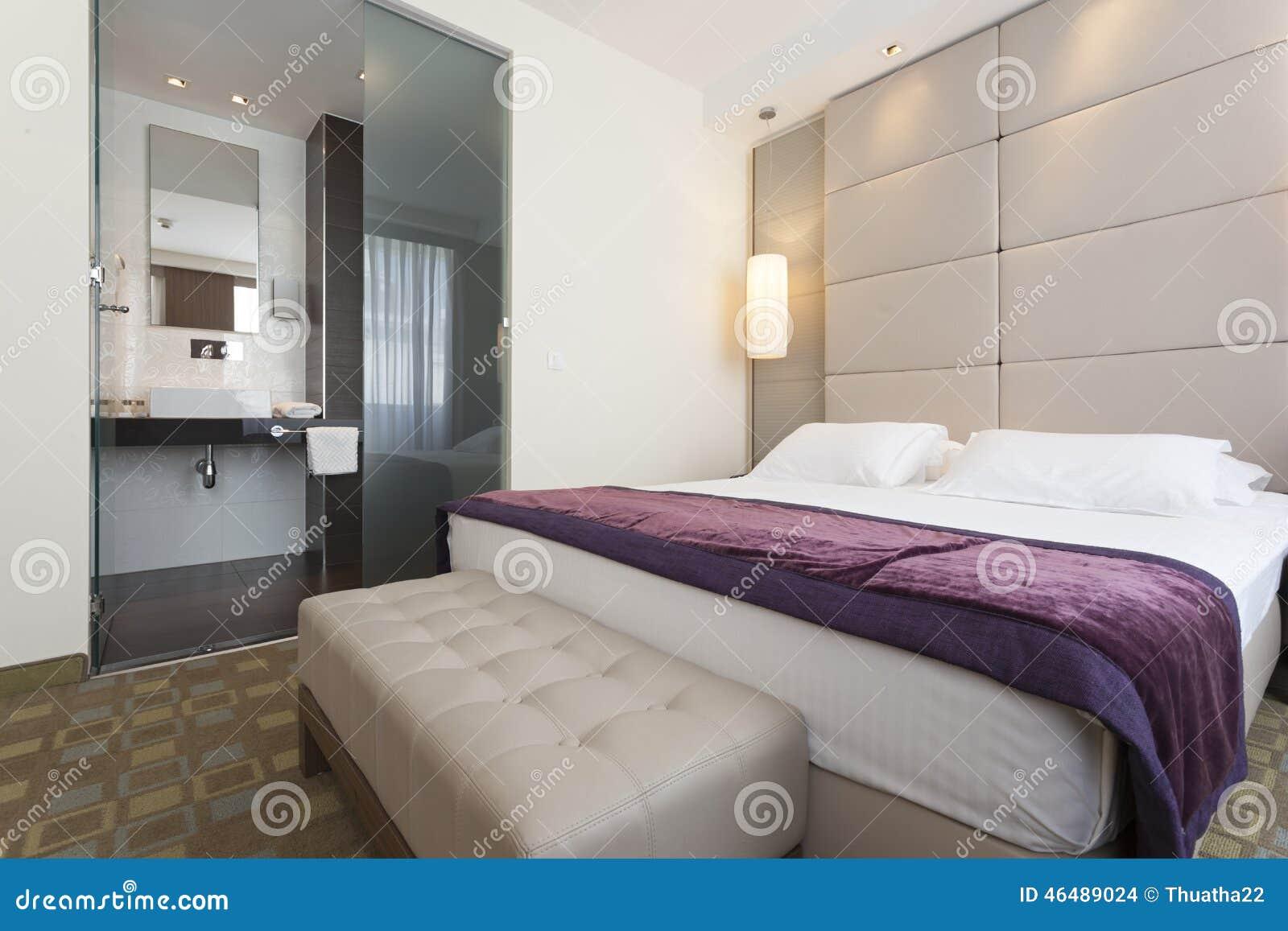 Int rieur d 39 une chambre coucher d 39 h tel de luxe avec la - Mini salle d eau dans une chambre ...