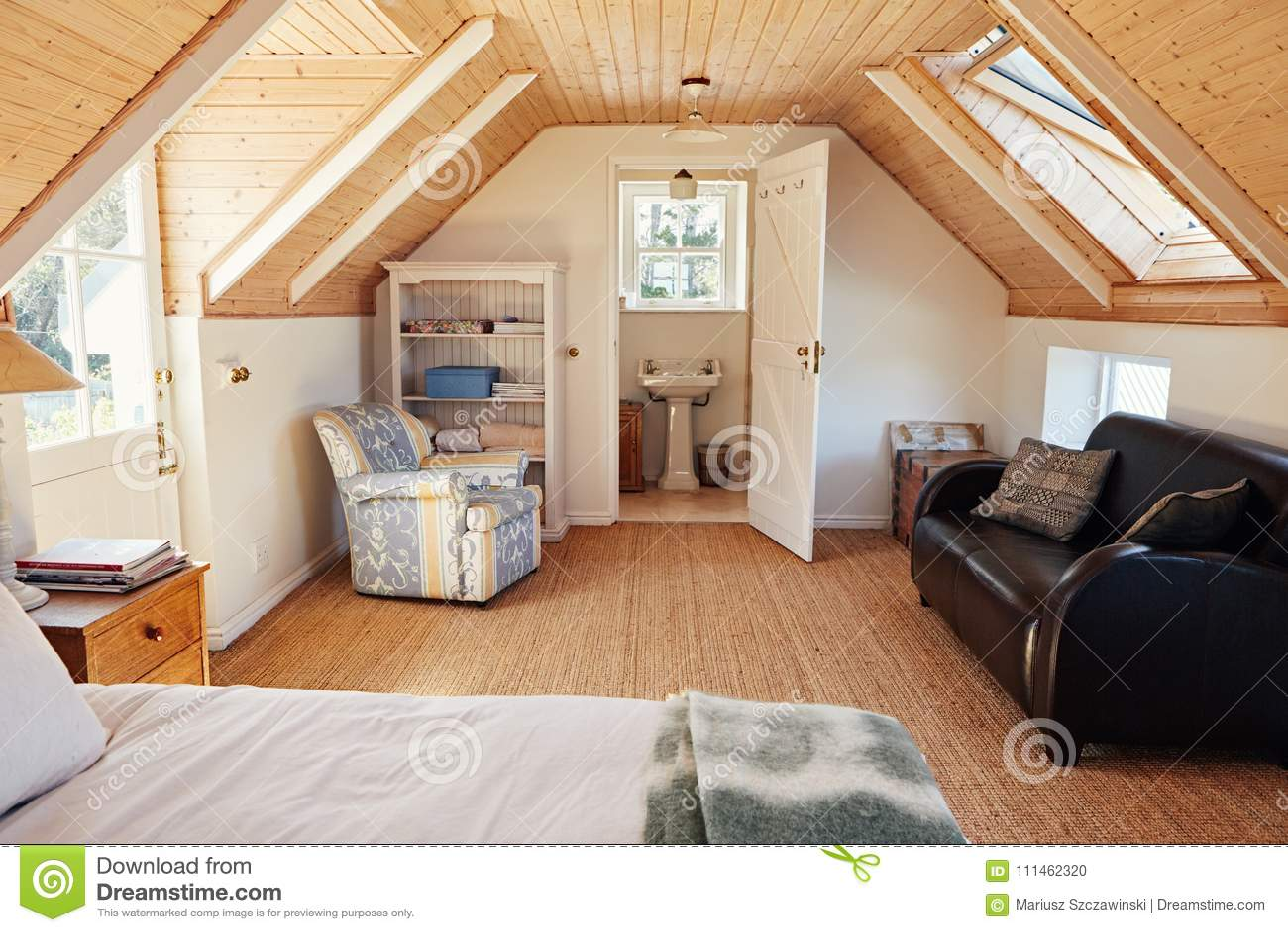 download intrieur dune chambre coucher de grenier avec la salle de bains dans