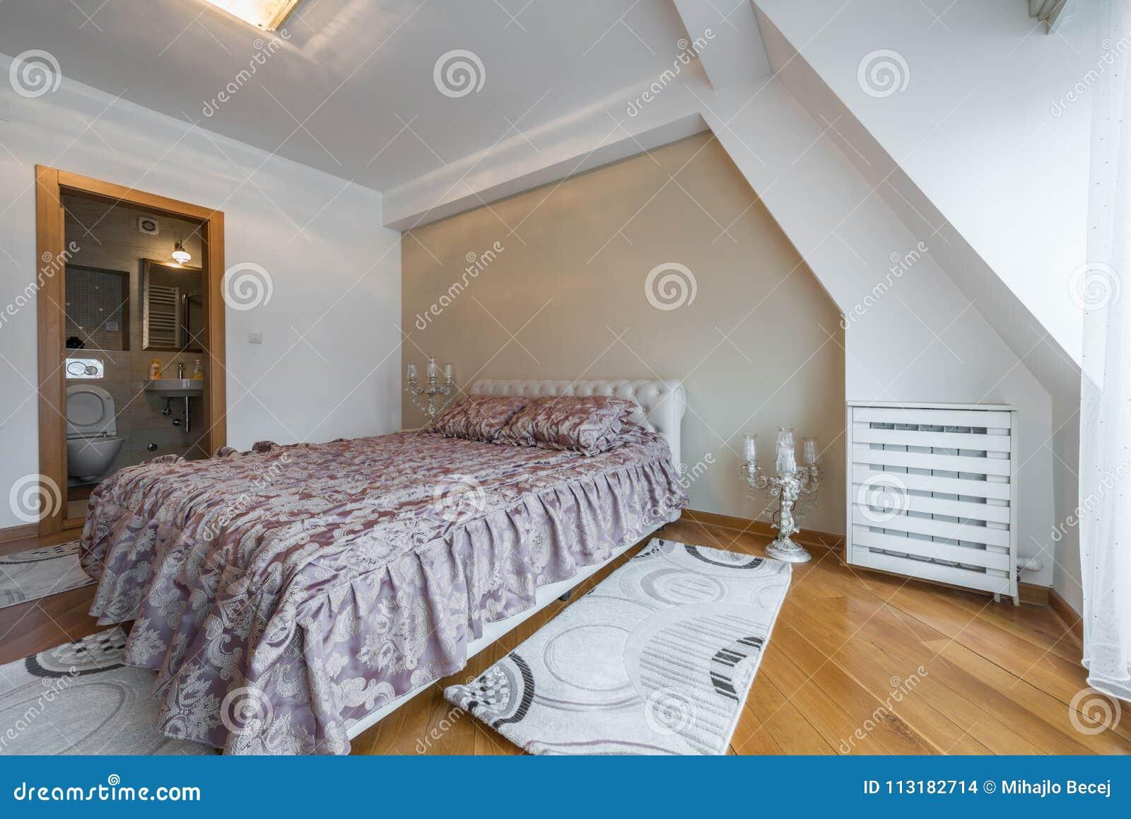 Intérieur D\'une Chambre à Coucher De Luxe De Grenier Avec Le Lit Et ...