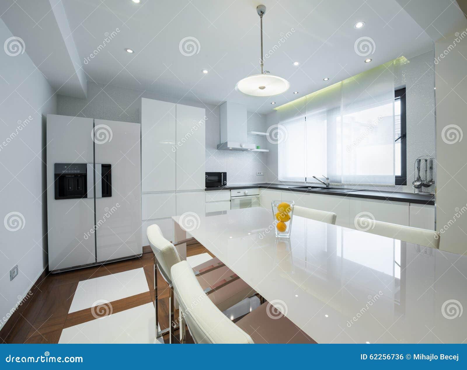 Intérieur D Une Cuisine Blanche Lumineuse De Luxe Moderne Photo