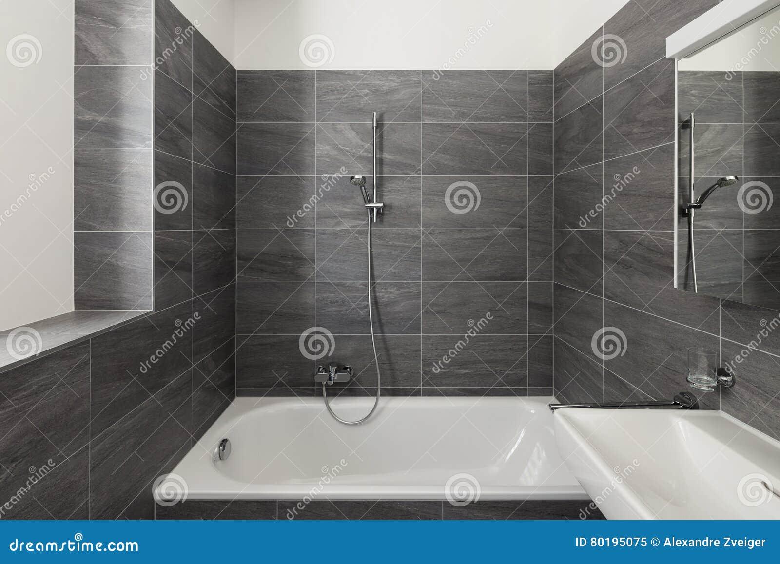 Intérieur d une maison moderne salle de bains grise