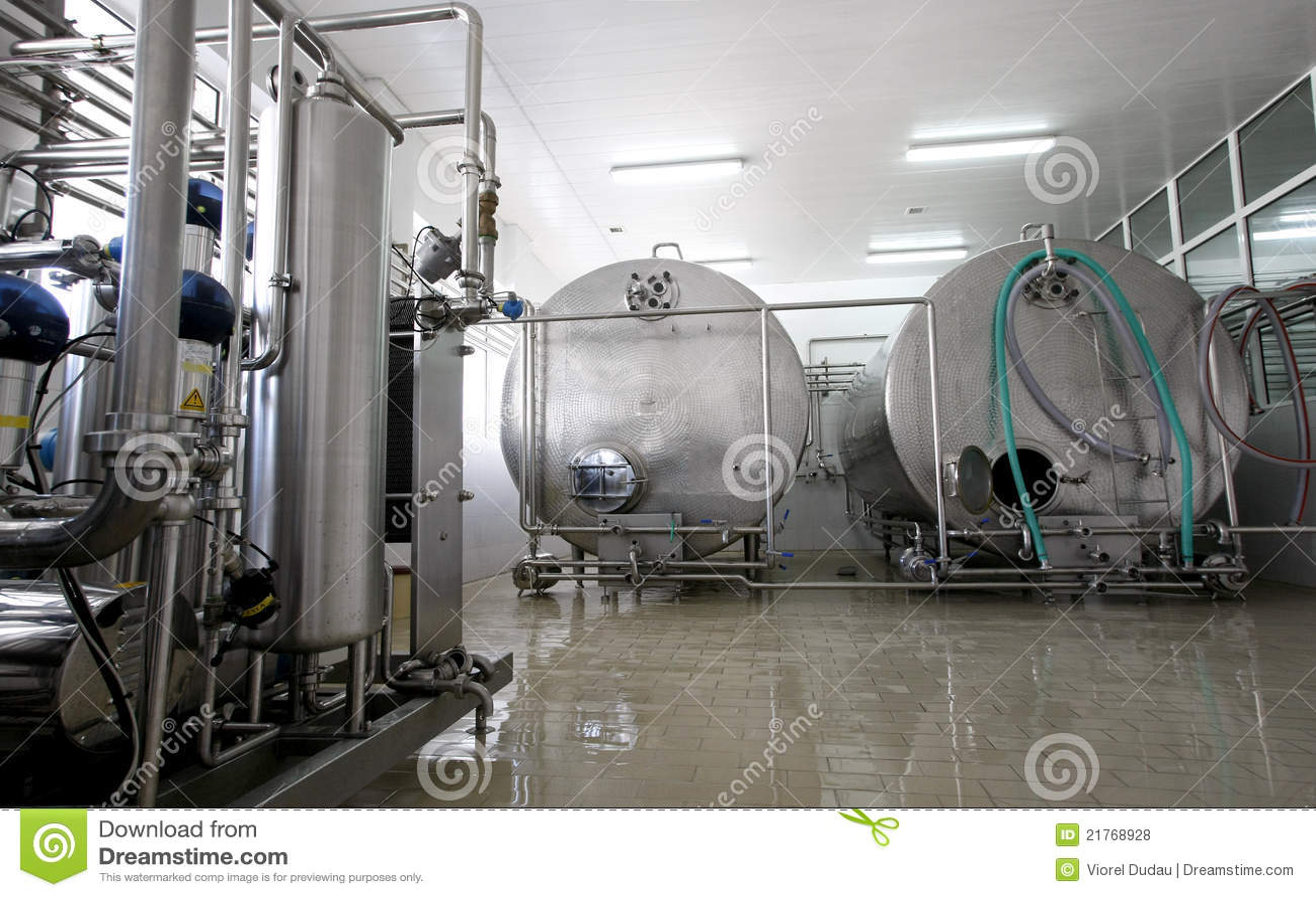 Int rieur d 39 usine de lait et de laiterie photos libres de for Interieur usine