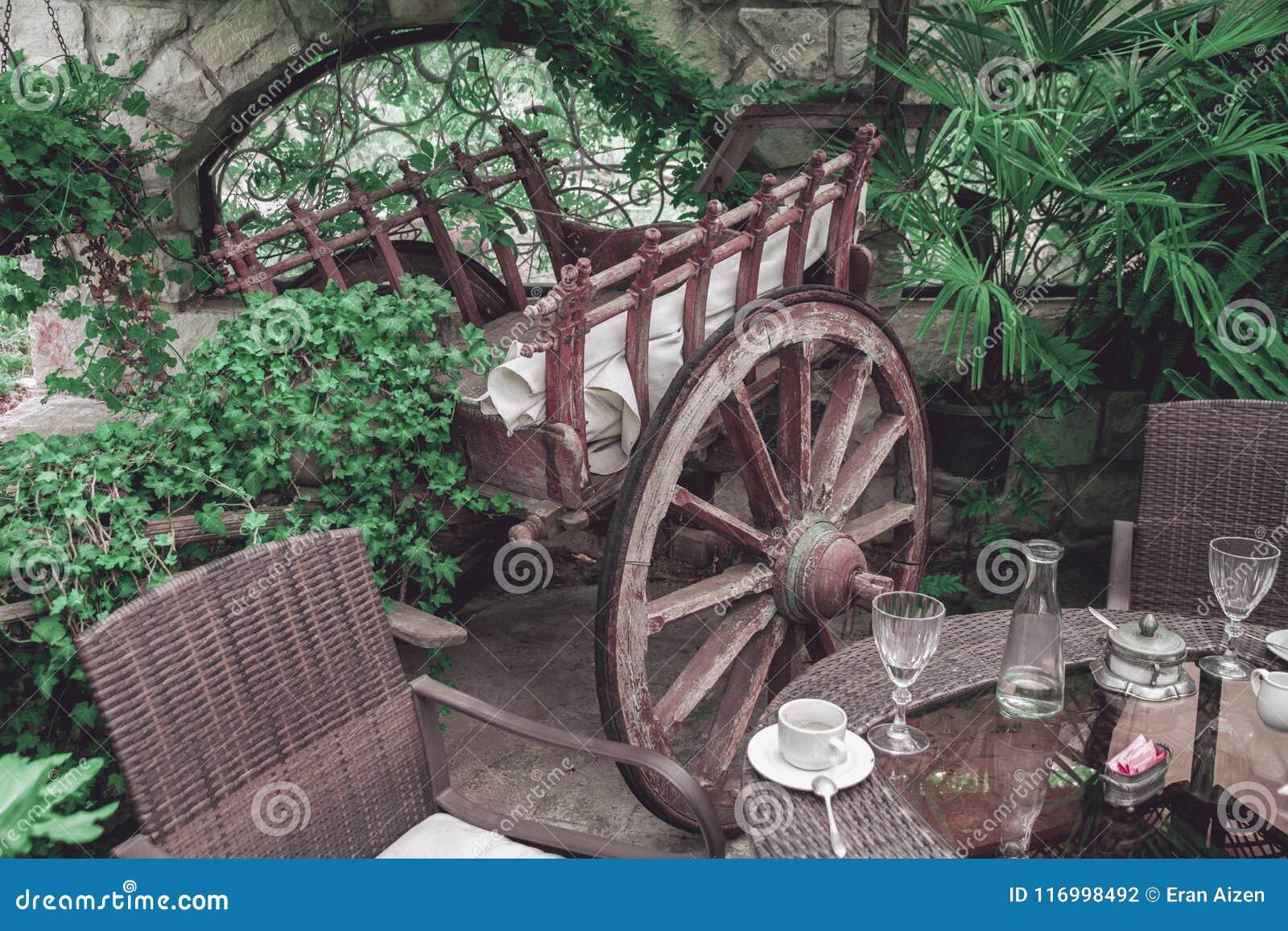 Intérieur de balcon de restaurant avec le chariot en bois de vintage