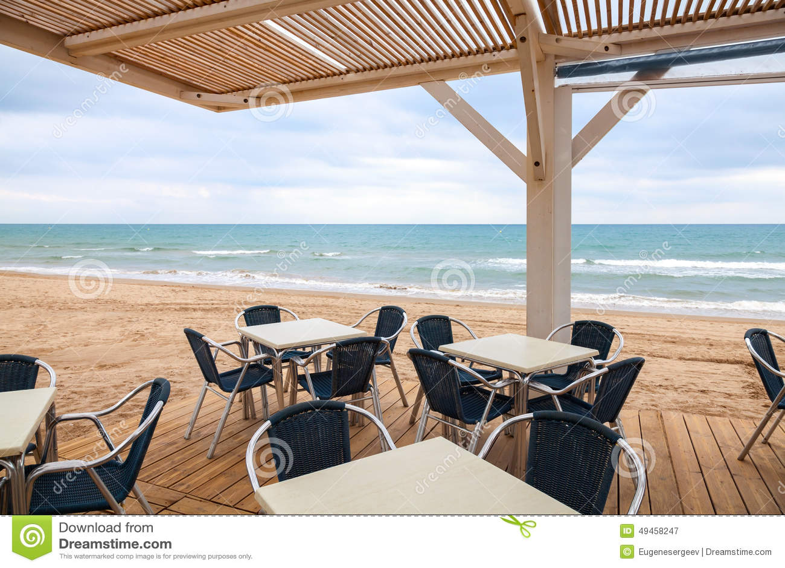 int rieur de barre de bord de la mer de l 39 espace ouvert avec le plancher en bois photo stock. Black Bedroom Furniture Sets. Home Design Ideas